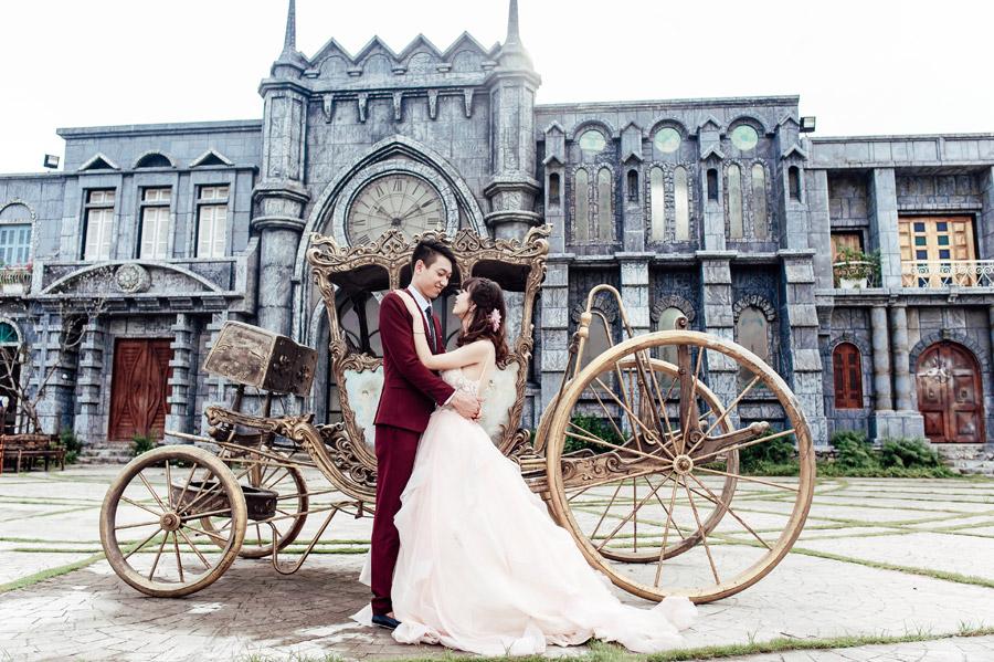 フリー写真 馬車と抱き合う新郎新婦