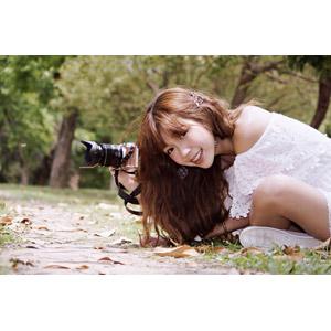 フリー写真, 人物, 女性, アジア人女性, 薩琳 (00213), 中国人, 座る(地面), カメラ, 一眼レフカメラ