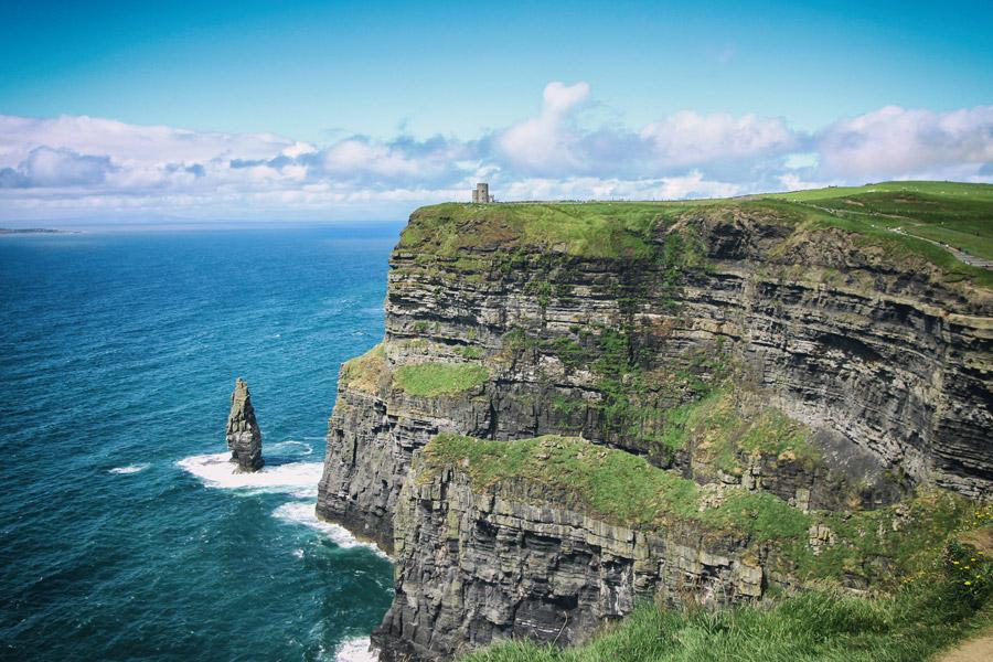 フリー写真 モハーの断崖とオブライアン塔の風景