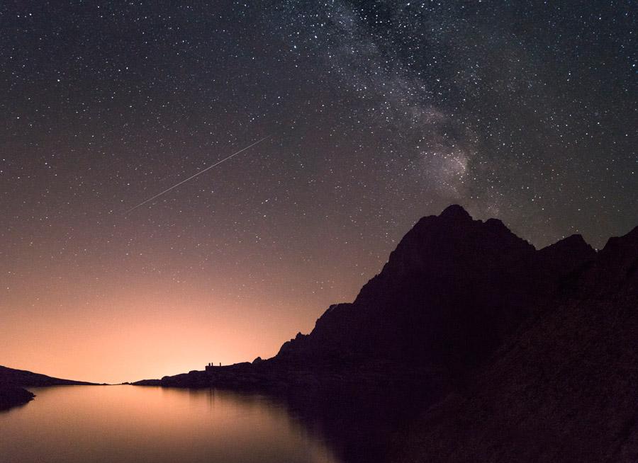 フリー写真 夜の山と湖と天の川と流れ星の風景