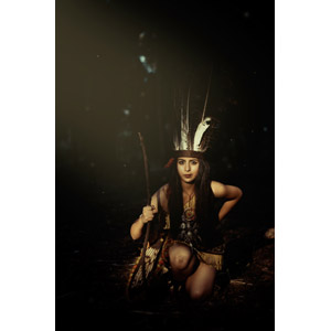 フリー写真, 人物, 女性, 外国人女性, メキシコ人, インディアン, 羽根飾り(ウォーボンネット), 片膝をつく