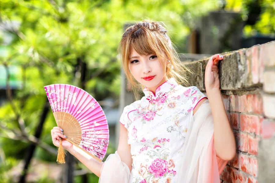 フリー写真 チャイナドレス姿で扇子を持つ女性