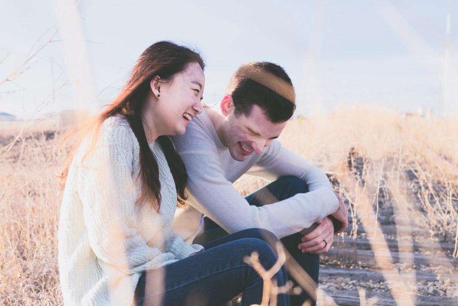 フリー写真 枯れ草と笑っているカップル