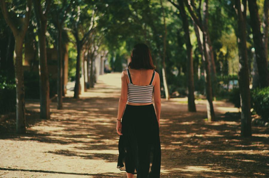 フリー写真 並木道に立つ後ろ姿の外国人女性
