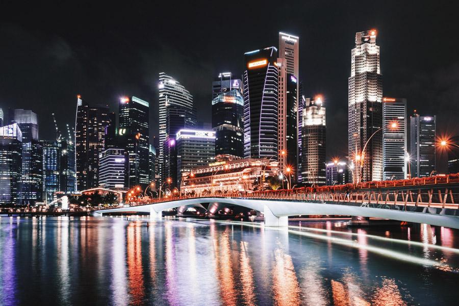 フリー写真 シンガポールの都市の夜景とエスプラネード橋の風景
