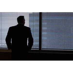フリー写真, 人物, 男性, 仕事, 職業, ビジネス, ビジネスマン, 後ろ姿, 窓辺, シルエット(人物), ブラインド
