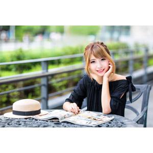 フリー写真, 人物, 女性, アジア人女性, 女性(00240), 中国人, 頬杖をつく, 雑誌, 座る(椅子), 麦わら帽子