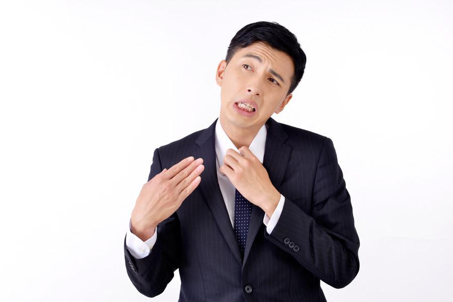 フリー写真 暑くて手で扇いでいるサラリーマン男性