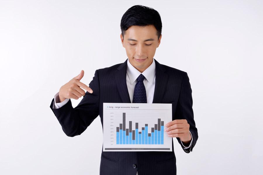 フリー写真 資料の棒グラフを指差すサラリーマン男性