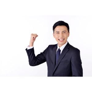 フリー写真, 人物, 男性, アジア人男性, 日本人, 男性(00016), 職業, 仕事, ビジネス, ビジネスマン, サラリーマン, メンズスーツ, 白背景, ガッツポーズ, 頑張る, 笑う(笑顔)