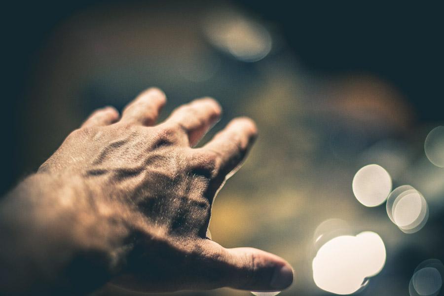 フリー写真 光の玉ボケと伸ばした手