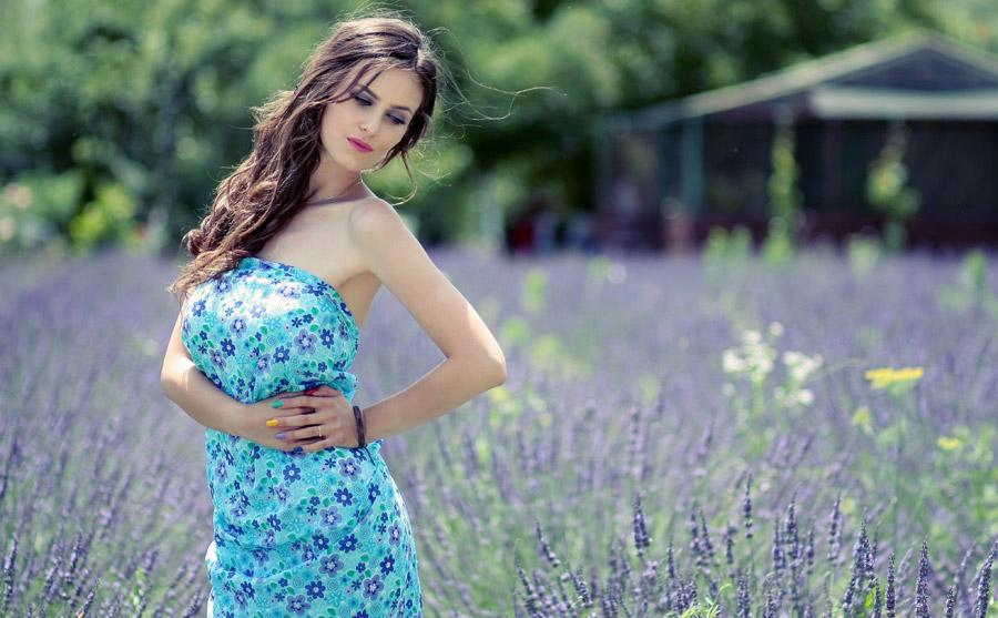 フリー写真 ラベンダー畑と腰に手を当てる外国人女性