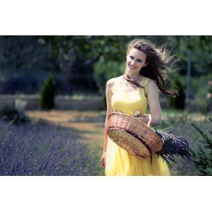フリー写真, 人物, 女性, 外国人女性, 女性(00195), ルーマニア人, ドレス, 人と花, 植物, 花, ラベンダー, 紫色の花, 花畑, 髪がなびく, 籠(バスケット)