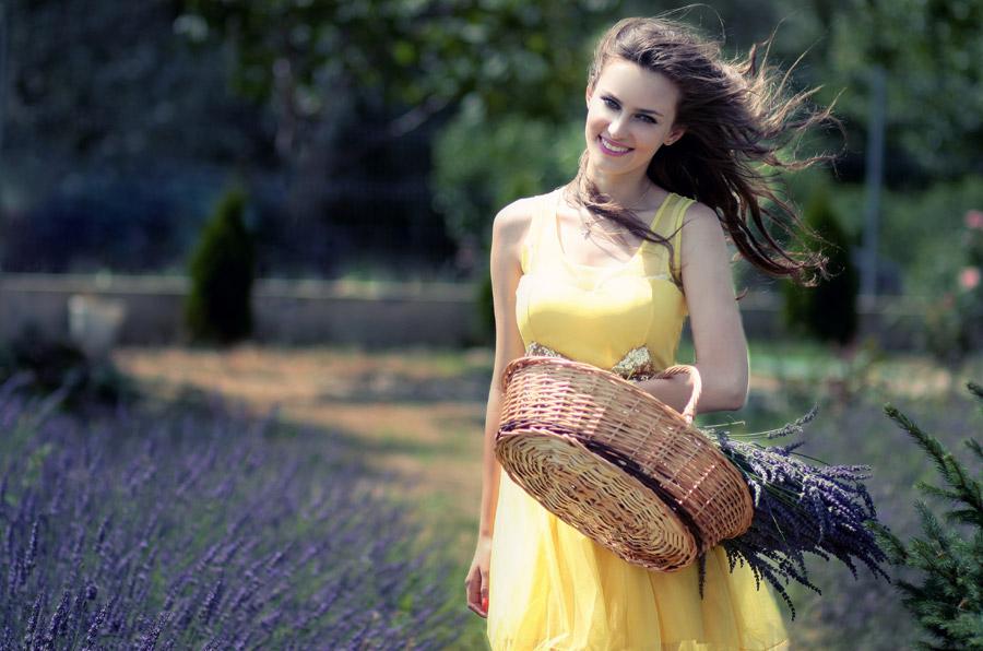 フリー写真 ラベンダーと髪の毛がなびいている外国人女性