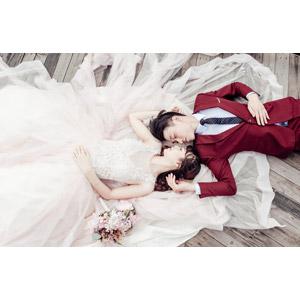 フリー写真, 人物, カップル, 花婿(新郎), 花嫁(新婦), 結婚式(ブライダル), 二人, ブーケ, ウェディングドレス, タキシード, 寝転ぶ, 仰向け, 目を閉じる
