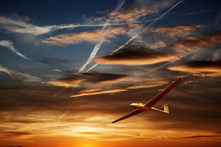 フリー写真 夕空と飛行機雲とグライダー