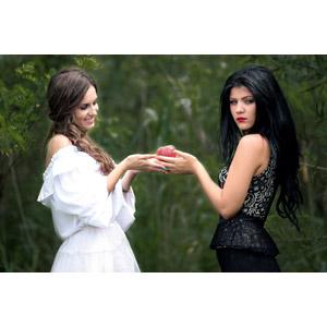 フリー写真, 人物, 女性, 外国人女性, ルーマニア人, 二人, リンゴ, 魔女, 白雪姫, 女性(00195), 女性(00241)