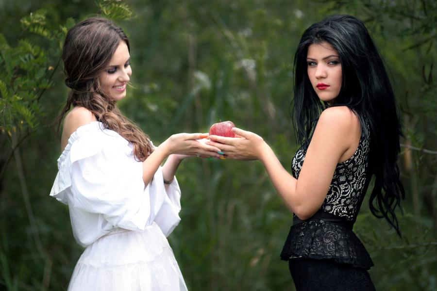 フリー写真 白雪姫に毒リンゴ渡す魔女