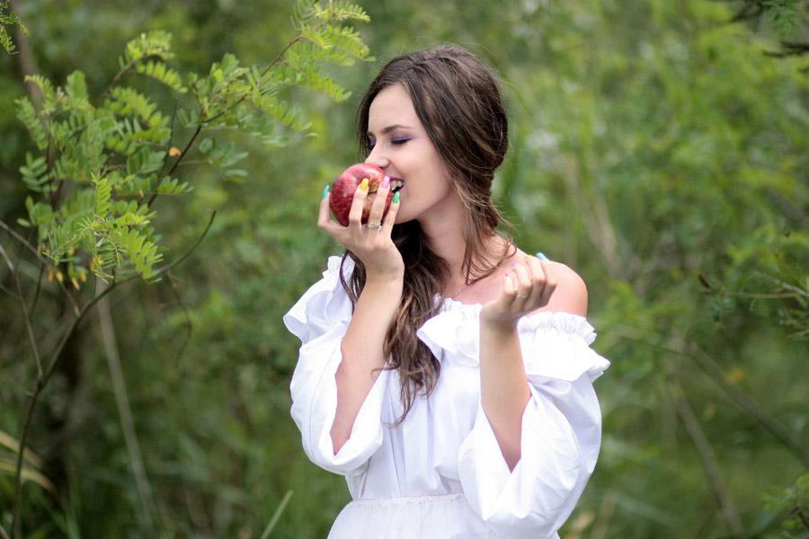 フリー写真 魔女からもらった毒リンゴを食べる白雪姫