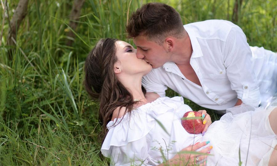 フリー写真 死の眠りにつく白雪姫にキスをする王子様