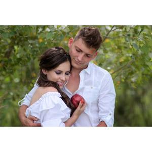 フリー写真, 人物, カップル, ルーマニア人, 白雪姫, 王子, 女性(00195), リンゴ, 抱き合う, 二人