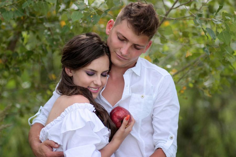 フリー写真 王子様のキスによって生き返る白雪姫