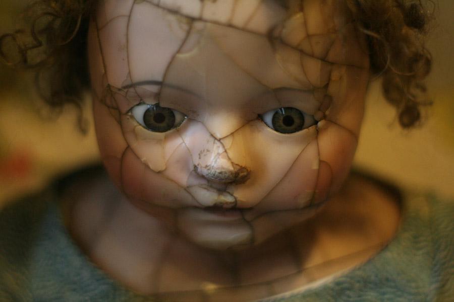 フリー写真 ヒビの入った人形