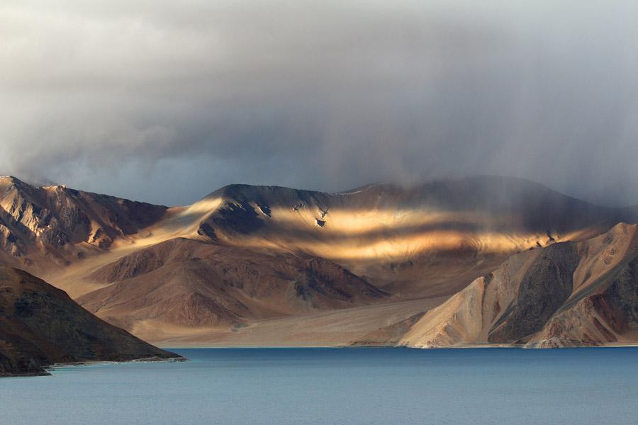 フリー写真 ヒマラヤ山脈とパンゴン湖の風景