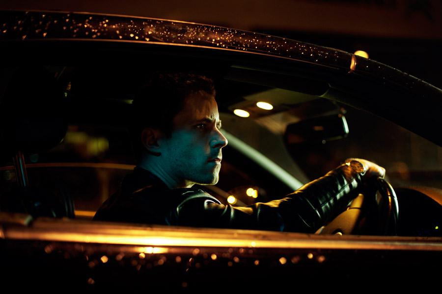 フリー写真 車の運転席に座る外国人男性