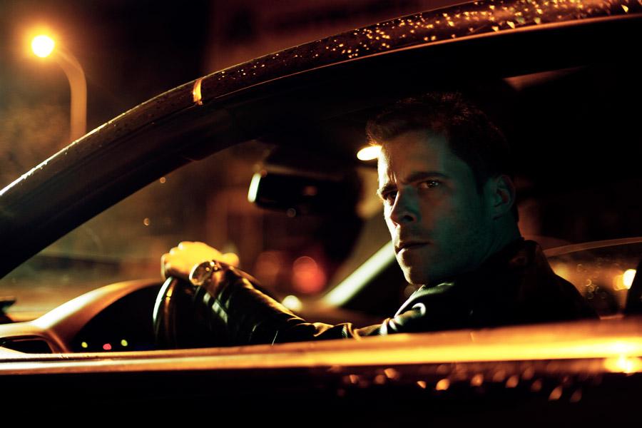 フリー写真 車の運転席から険しい表情で見ている外国人男性