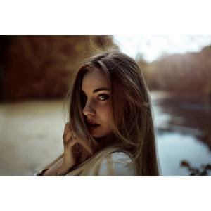 フリー写真, 人物, 女性, 外国人女性, 女性(00243), 髪の毛を触る, 顎に手を当てる