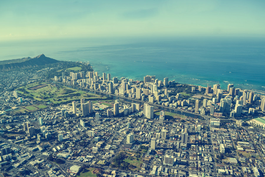 フリー写真 海沿いに広がる都市の風景