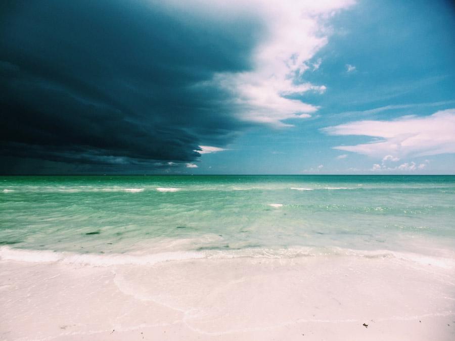フリー写真 暗雲が押し寄せるビーチ