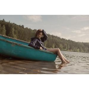 フリー写真, 人物, 女性, 外国人女性, ロシア人, 人と乗り物, 船, 手漕ぎボート, 河川, 頭に手を当てる