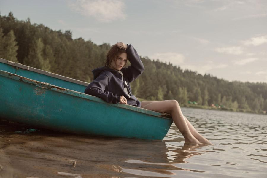 フリー写真 傾いたボートに乗る外国人女性