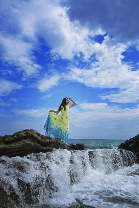 フリー写真 海岸に立っているロングワンピ姿の女性