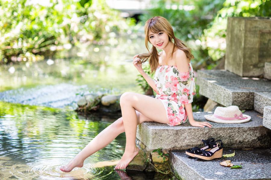 フリー写真 小川に足をつける女性