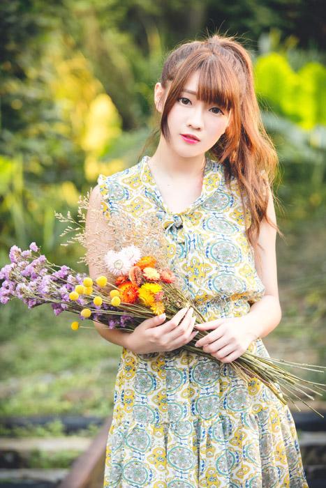 フリー写真 花束を抱える女性