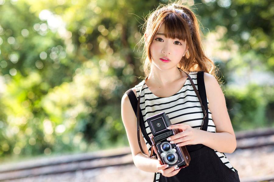 フリー写真 二眼レフカメラを持っている女性