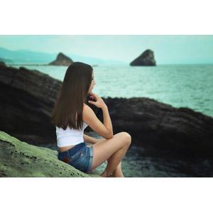 フリー写真, 人物, 女性, 外国人女性, ロシア人, 座る(地面), ショートパンツ, 眺める, 横顔, 海, 海岸