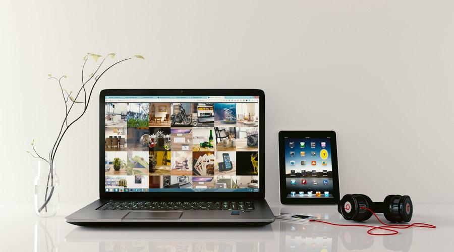 フリー写真 ノートパソコンとタブレットPCとスマホとヘッドホン