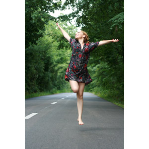 フリー写真, 人物, 女性, 外国人女性, ルーマニア人, 歓喜, 跳ぶ(ジャンプ), 手を広げる, 道路, 見上げる(上を向く)