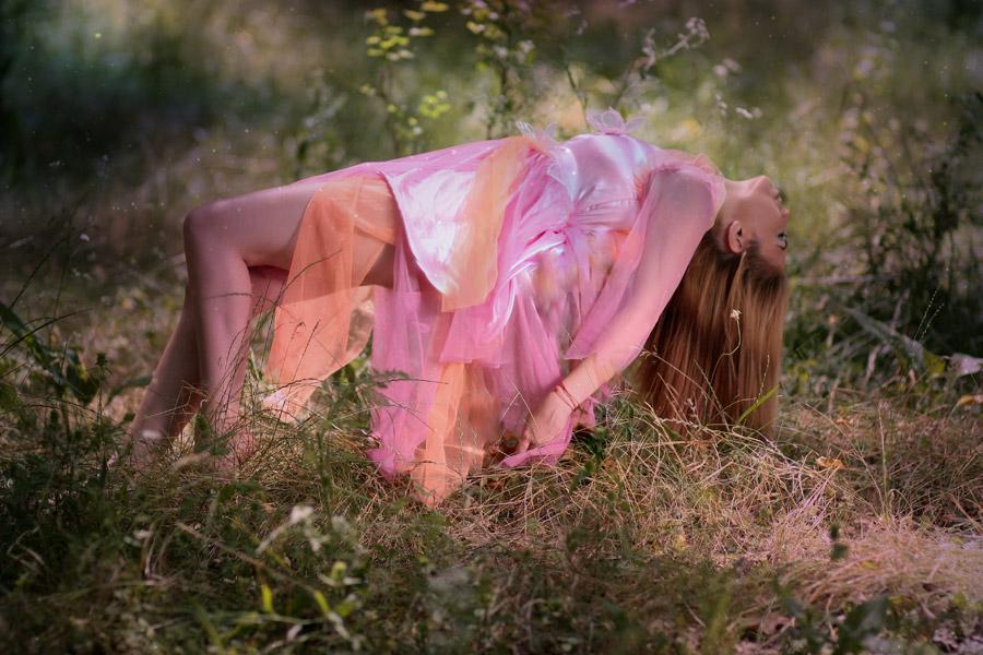 フリー写真 ピンクドレス姿で宙に浮遊する外国人女性