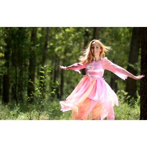 フリー写真, 人物, 女性, 外国人女性, 女性(00245), ルーマニア人, ドレス, 手を広げる, 森林, 人と風景