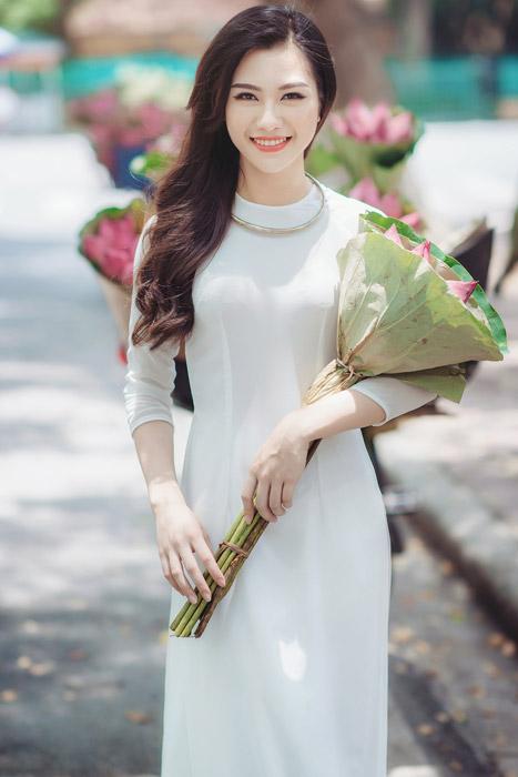 フリー写真 アオザイ姿で蓮の花束を抱える女性