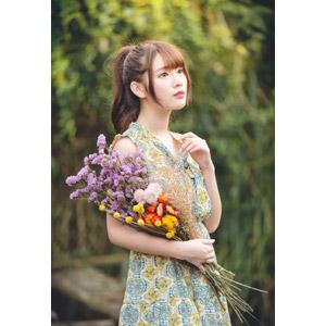フリー写真, 人物, 女性, アジア人女性, 欣欣(00001), 中国人, ワンピース, 人と花, 花束, 見上げる(上を向く)