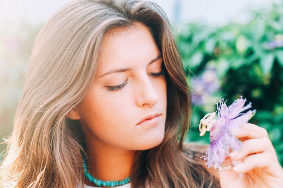 フリー写真 花を観察している外国人女性