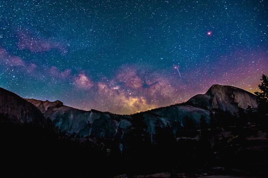 フリー写真 岩山と天の川の風景