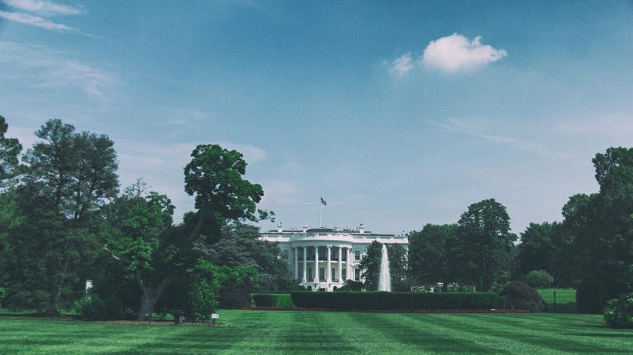 フリー写真 青空とトルーマンバルコニーが見えるホワイトハウスの風景