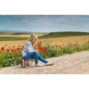 フリー写真, 人物, 女性, 外国人女性, 金髪(ブロンド), 人と風景, トランクケース, 田舎, 道路, 人と花, ヒナゲシ(ポピー)